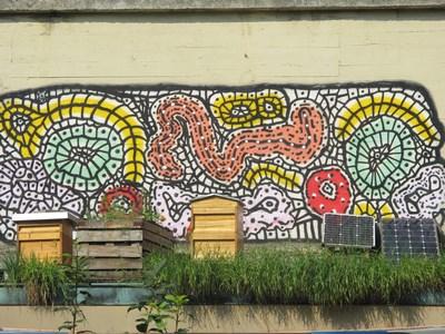 Bienen vor Graffiti1 (Kopie)